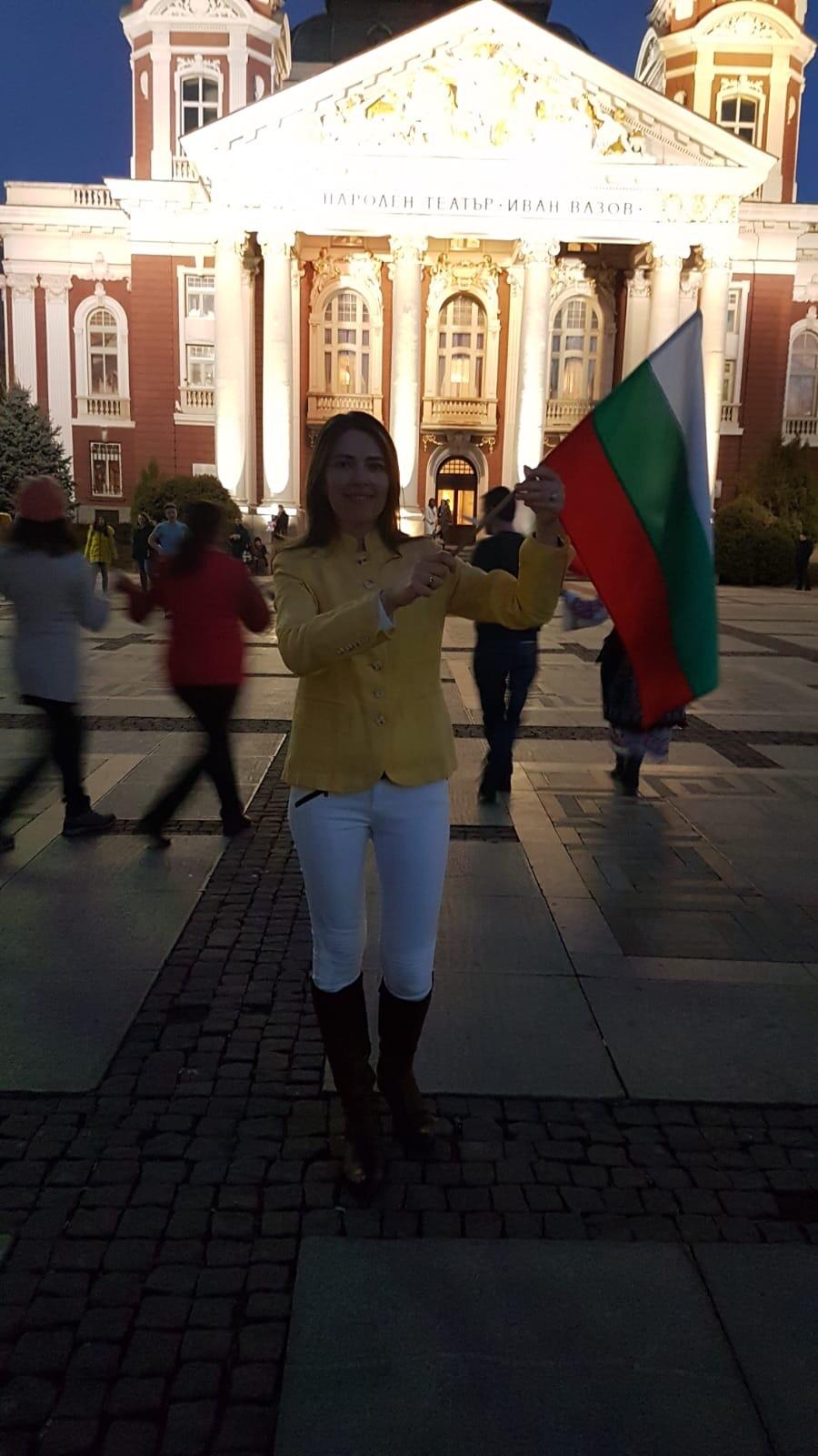 """На хорото пред Народен театър """"Иван Вазов"""""""